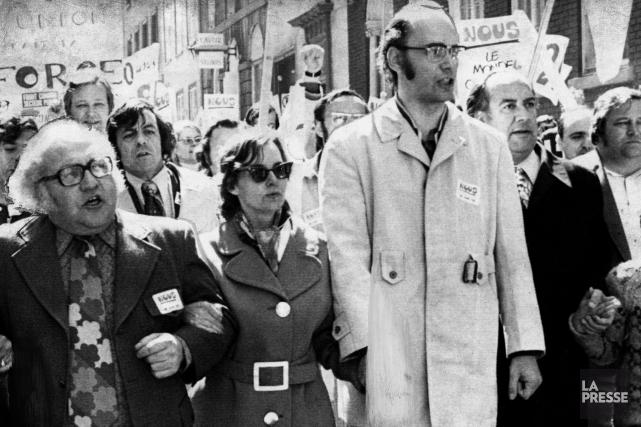 Yvon Charbonneau, à l'avant à droite, flanqué du... (PHOTO ARCHIVES LA PRESSE CANADIENNE)