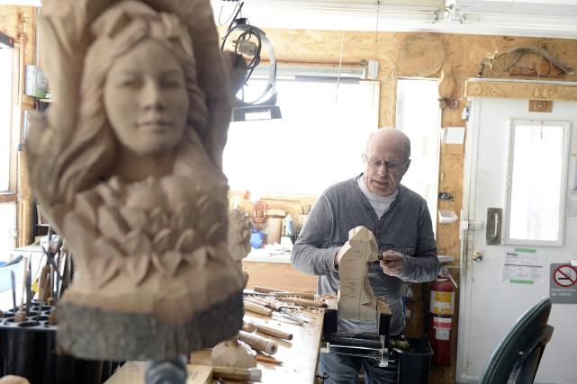 Le sculpteur Victor Dallaire... (Progrès-dimanche, Jeannot Lévesque)