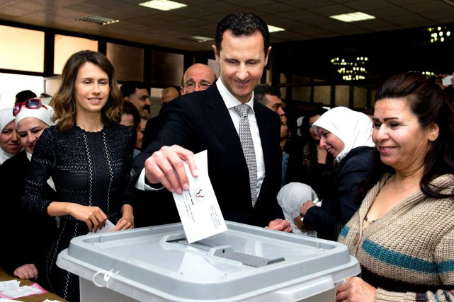Bachar al-Assad a voté à Damas lors des... (PHOTO PRÉSIDENCE SYRIENNE VIA ASSOCIATED PRESS)