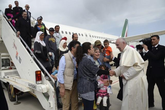 Le pape François a pris soin de descendre... (AFP, Filippo Monteforte)