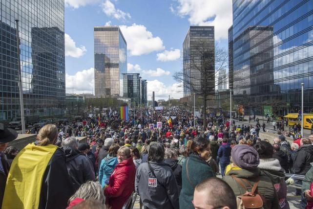 Des milliers de personnes ont pris part dimanche... (AFP)