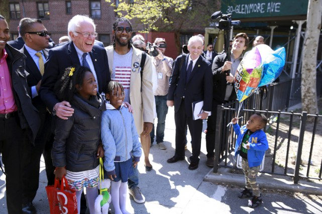 Bernie Sanders a visité dimanche le quartierà prédominance... (PHOTO REUTERS)