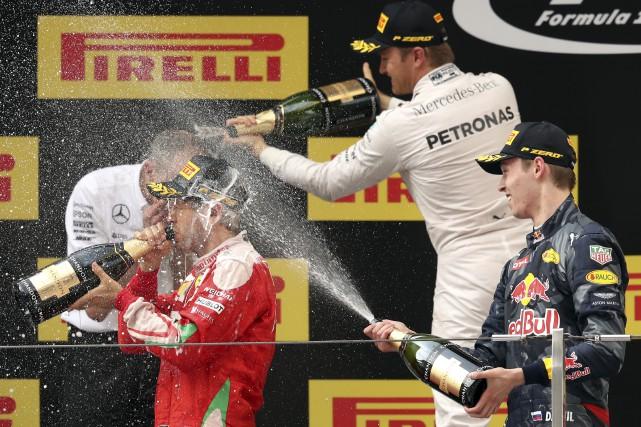 Durant la traditionnelle douche de champagne, le champion... (The Associated Press, Mark Schiefelbein)
