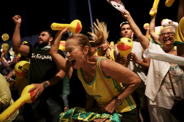 Des opposants à Dilma Rousseff manifestent leur joie,... (PHOTO REUTERS)