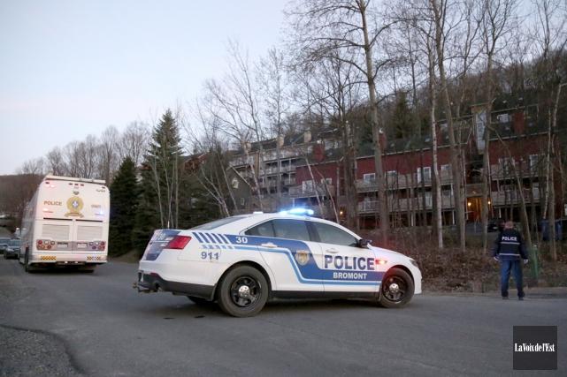 Un déploiement policier a piqué la curiosité des... (Julie Catudal, La Voix de l'Est)