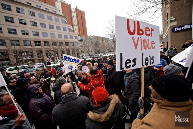 Leschauffeurs de taxi du Regroupement des travailleurs autonomes... (PHOTO ANDRÉ PICHETTE, LA PRESSE)