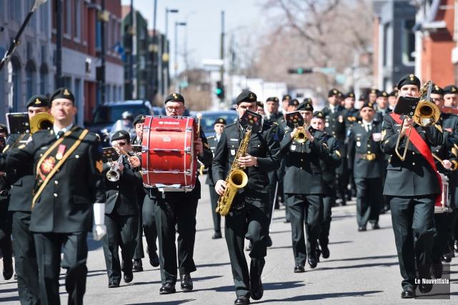 Le 12e Régiment blindé du Canada a déambulé dans les rues du centre-ville de... (Photo: Andréanne Lemire Le Nouvelliste)