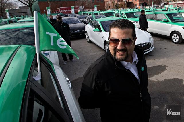 Un chauffeur de Téo Taxi près de sa... (PHOTO PATRICK SANFAÇON, ARCHIVES LA PRESSE)