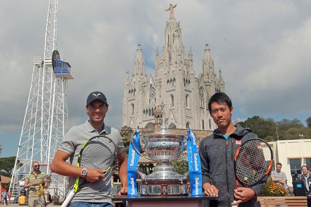 Rafael Nadal et Kei Nishikori ont posé avec... (Photo Manu Fernandez, AP)