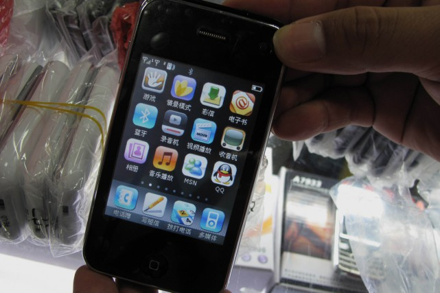 Un iPhone de contrefaçon saisi en Chine.... (PHOTO ARCHIVES REUTERS)