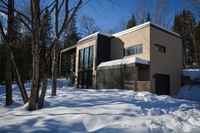 Cette maison de plain-pied avec toit-terrasse de Morin-Heights... (PHOTO FOURNIE PAR LE COURTIER)
