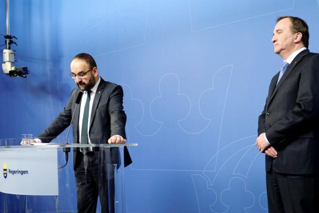 Mehmet Kaplan (à gauche) et le premier ministre... (PHOTO JESSICA GOW, AFP/TT NEWS)