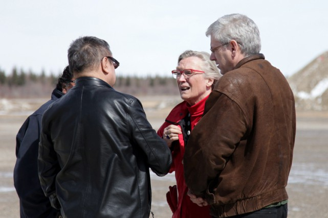 Le chef d'Attawapiskat Bruce Shisheesh a accueilli Carolyn Bennett,... (PHOTO PC)