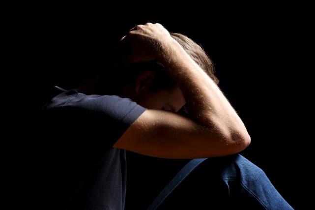 ÉDITORIAL / Il est important de parler du suicide, estiment Alexandre Taillefer... (123RF/Antonio Guillem)