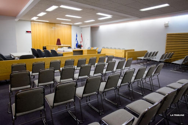 Le sort de l'individu de 35 ans accusé de gestes à caractère sexuel sur deux... (Archives La Tribune, Jessica Garneau)