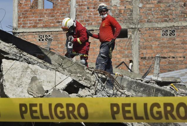 Les secouristes ont travaillé d'arrache-pied lundi pour tenter... (AFP, Luis Acosta)