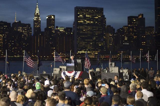 Bernie Sanders lors d'un rassemblementdans le Queens, lundi... (AFP, Don Emmert)