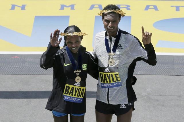 Les Éthiopiens Atsede Baysa (2h29: 18) et Lemi... (Photo AP, Chales Krupa)