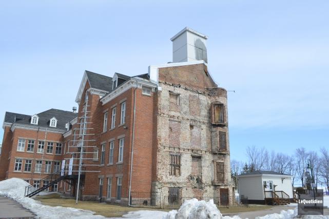 La cheminée derrière le couvent des ursulines sera... (Photo Le Quotidien, Louis Potvin)