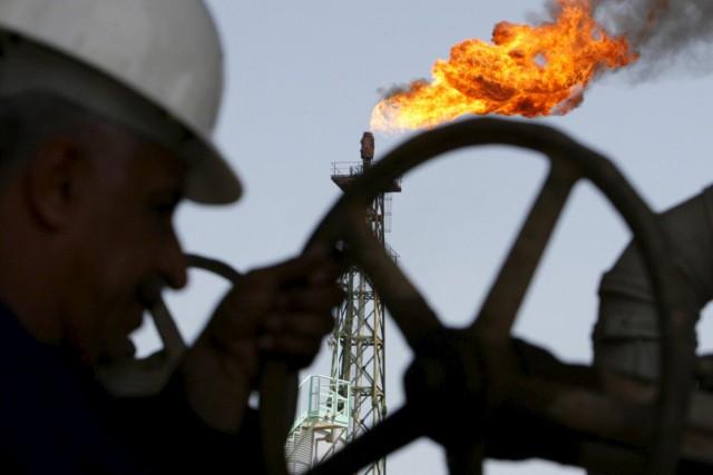 Les stocks de pétrole brut ont baissé plus que prévu la semaine dernière aux... (PHOTOAtef Hassan, Archives Reuters)