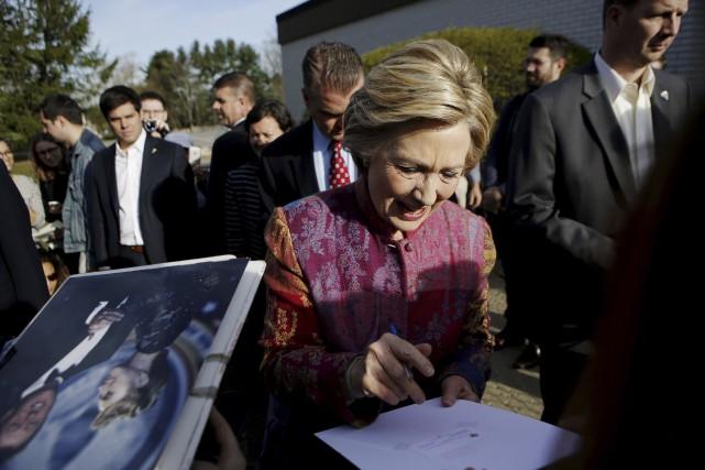 Hilary Clinton a signé des autographes après avoir... (Agence France-Presse, Eduardo Munoz Alvarez)
