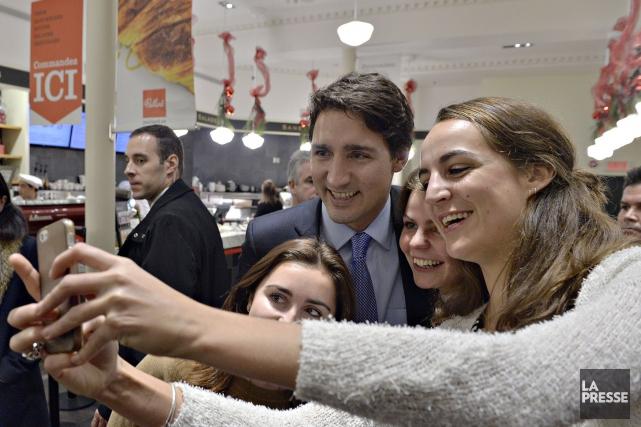 Justin Trudeau prenant unégoportrait avec des admiratrices.... (Archives La Presse)