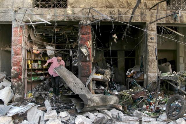 Un commerçant constate les dégâts infligés à son... (PHOTO AMMAR ABDULLAH, REUTERS)