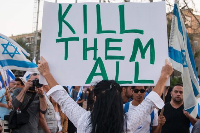 Les manifestants brandissaient des drapeaux d'Israël et scandaient... (PHOTO AFP)