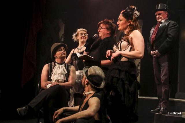Entourée de ses comédiens, la directrice du Théâtre... (Patrick Woodbury, LeDroit)