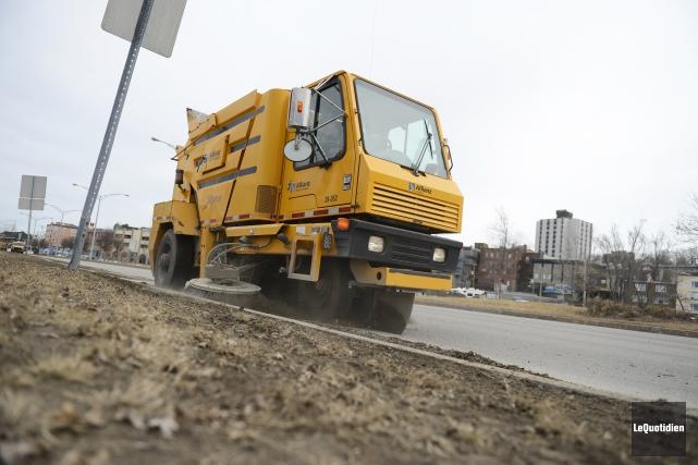 STAGIAIRE / Le nettoyage printanier des rues de Saguenay a commencé il y a... (Archives Le Quotidien, Jeannot Lévesque)