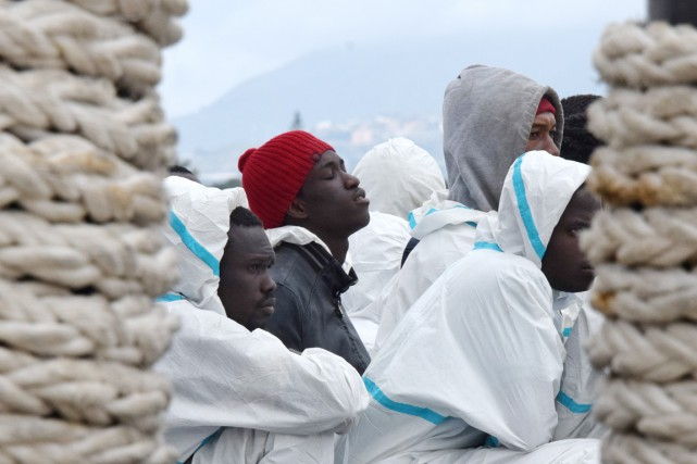 Des migrants secourus par la marine italienne en... (PHOTO GIOVANNI INSOLINO, ARCHIVES AFP)