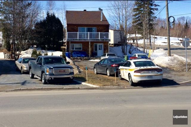 Tôt ce matin, les policiers ont débarqué aux... ((Photo Le Quotidien, Gimmy Desbiens))
