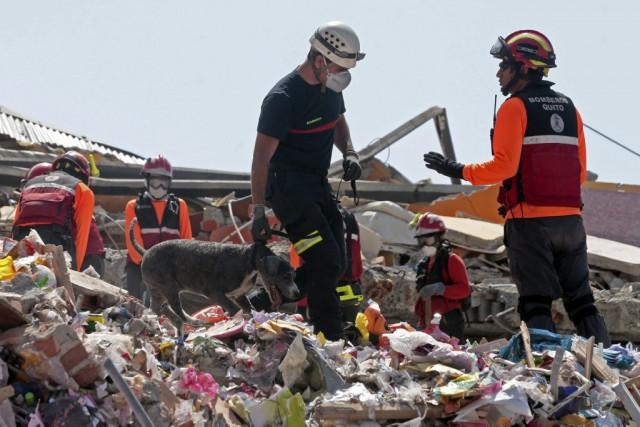 Plus de 900 secouristes, pompiers, médecins et spécialistes... (AFP, Juan Cevallos)