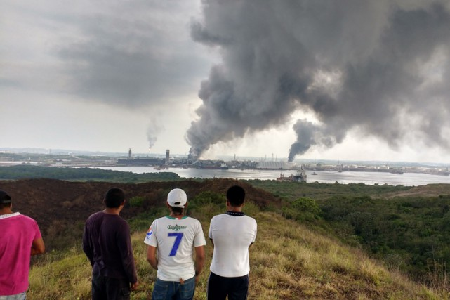 Une centaine d'employés de l'usine ont dû être... (PHOTO AFP)