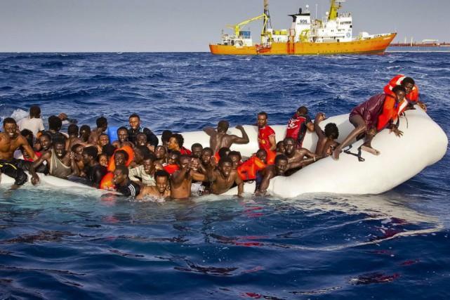 Des migrants demandent de l'aide près des côtes... (AP, Patrick Bar)
