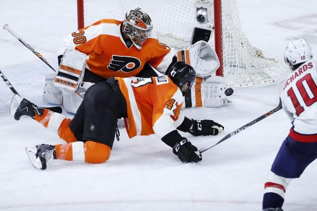 Le gardien des Flyers, Michal Neuvirth, a repoussé... (AP, Matt Slocum)