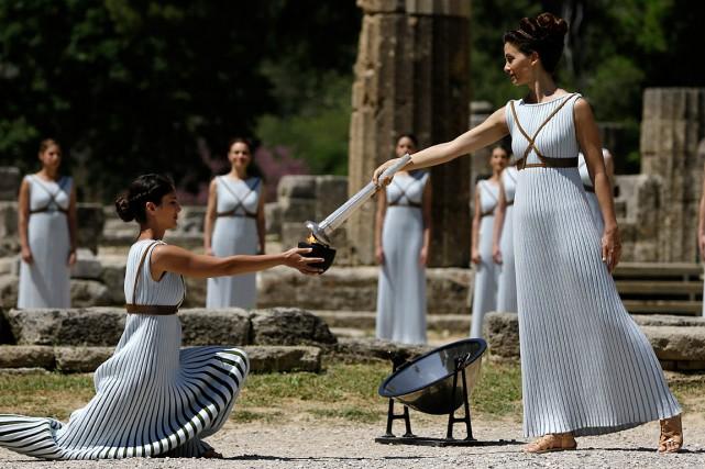 Des actrices revêtues de longues tuniques plissées crème... (Photo Thanassis Stavrakis, AP)