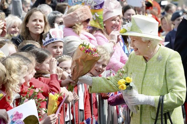 Peu avant midi, la monarque, vêtue d'une robe... (PHOTO JOHN STILLWELL, REUTERS)