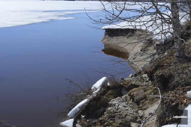 Une grande portion de terre s'est décrochée à... (Photo Le Quotidien, Louis Potvin)