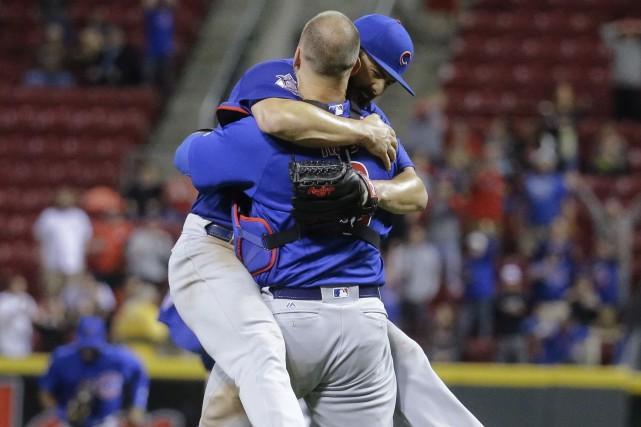 Jake Arrieta a sauté dans les bras du... (AP, John Minchillo)
