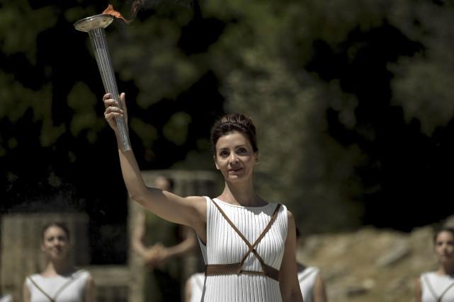 L'actrice Katerina Lechou a allumé la flamme olympique.... (AFP, Aris Messinis)