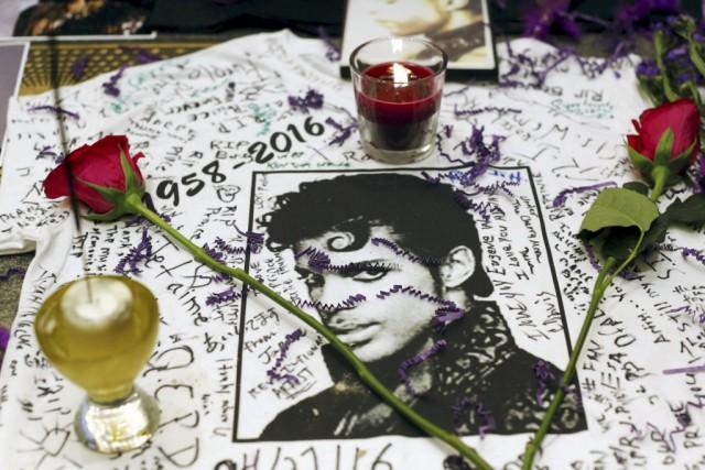 Un mémorial dédié à Prince devant le Apollo... (PHOTO ANDREW KELLY, REUTERS)