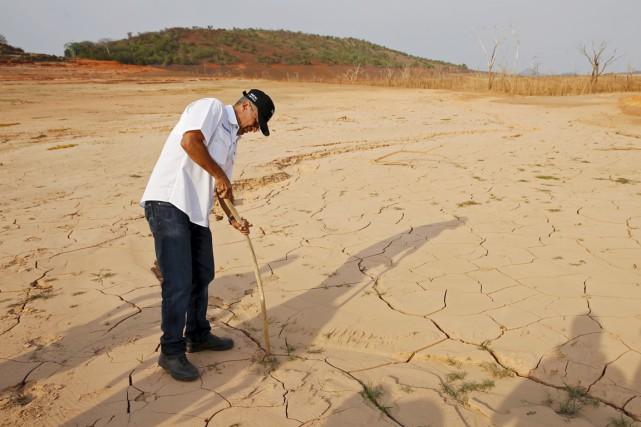 Le ministre de l'Énergie électrique, Luis Motta, utilise... (PHOTO CARLOS GARCIA RAWLINS, ARCHIVES REUTERS)