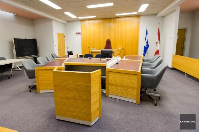 Le jury au procès du père accusé de gestes à caractère sexuel sur deux de ses... (Archives La Tribune, Jessica Garneau)
