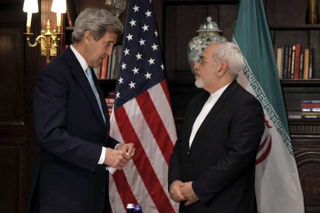Le secrétaire d'État américain John Kerry en compagnie... (PHOTO BRENDAN MCDERMID, REUTERS)