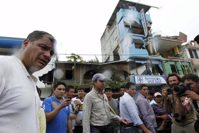 Le président de l'Équateur Rafael Correa constate l'ampleur... (PHOTO GUILLERMO GRANJA, ARCHIVES REUTERS)