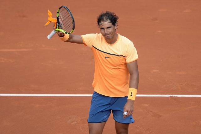 Rafael Nadal salue la foule après sa victoire.... (Josep Lago, AFP)