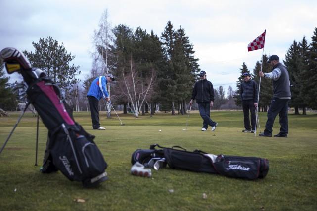 Petit à petit, les différents clubs de golf... (Archives)