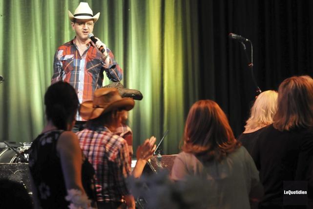 Le chanteur André Deschênes faisait partie du spectacle.... (Photo Le Quotidien, Rocket Lavoie)