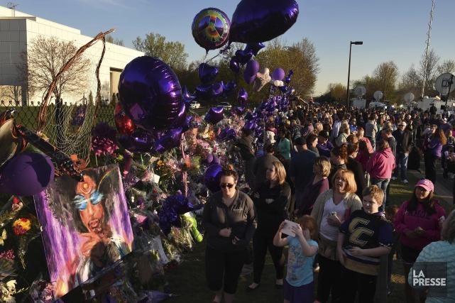 Les fans de Prince ont afflué devant Paisley... (AFP, Mark Ralston)